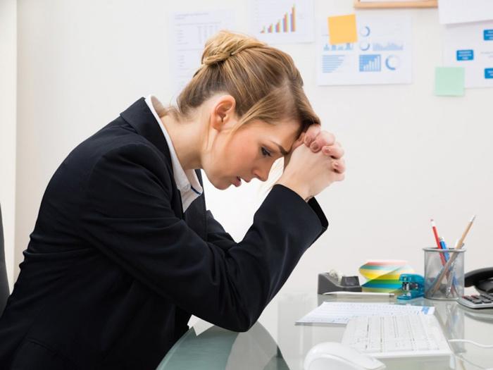 ۶ عادت ذهنی که اعتماد به نفس شما رو میکشه! دنیای روانشناسی